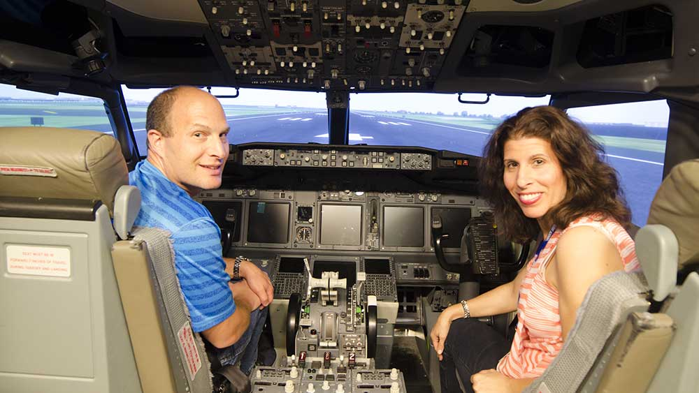 Image of couple in the b737-800 cockpit
