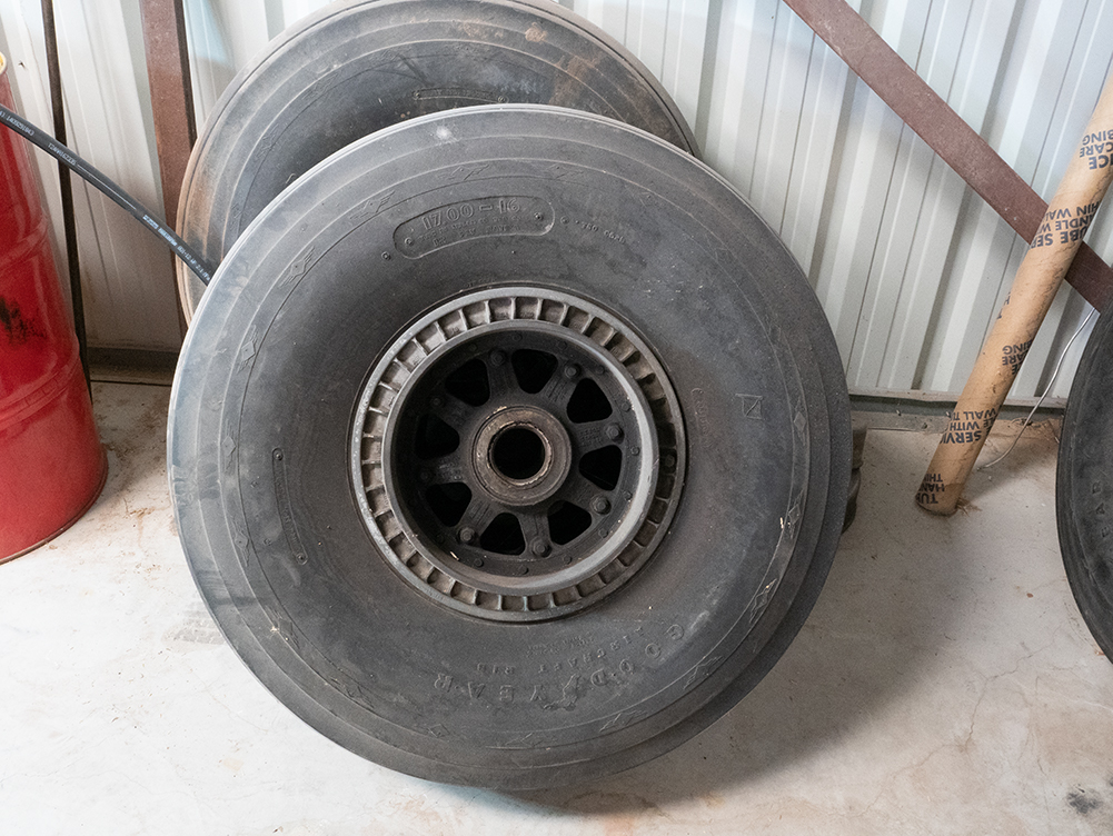DC-3 Tire and wheel